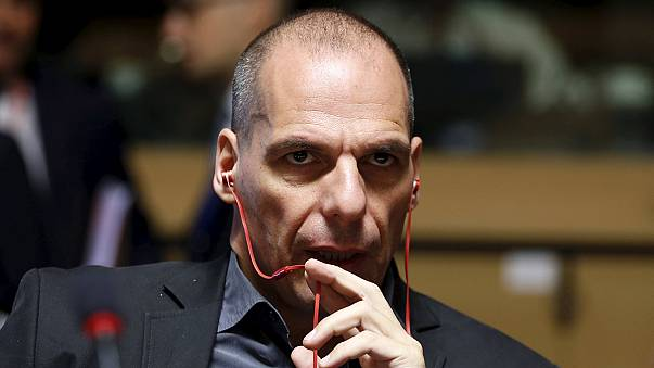 Panik içindeki Yunanlar bankaları boşalttı