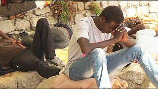 إيطاليا :المهاجرون يقضون رمضان على الصخور