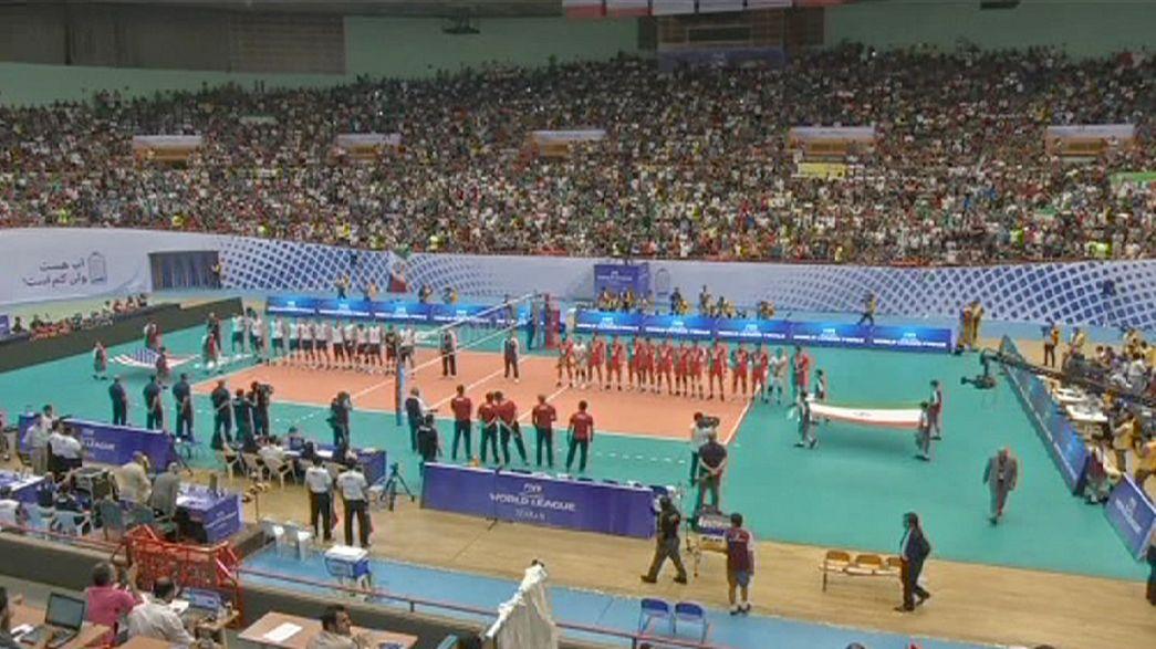 Mulheres impedidas de assistir a jogo de voleibol entre o Irão e os EUA
