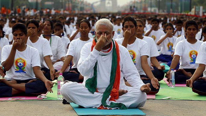 Hindistan'da 40 bin kişilik yoga seansı