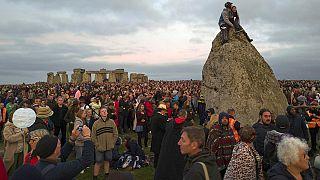 المملكة المتحدة: الآلاف يشاهدون شروق شمس أطول نهار من السنة في موقع ستونهنج