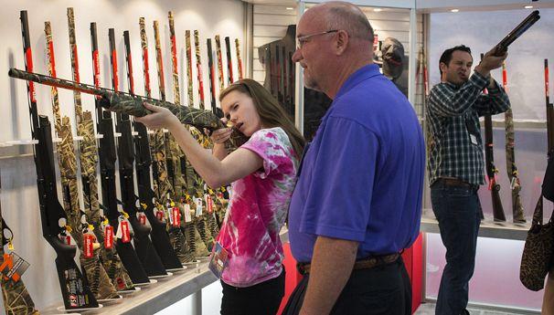 Sobre armas y matanzas civiles en el mundo. EEUU de nuevo a la cabeza. - Página 2 606x345_2306-nra-convention-houston-texas-usa-2013-RTXZBV3