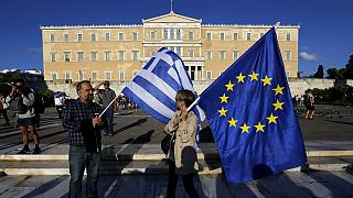 يونانيون يتظاهرون دعما لبقاء بلادهم داخل منطقة اليورو