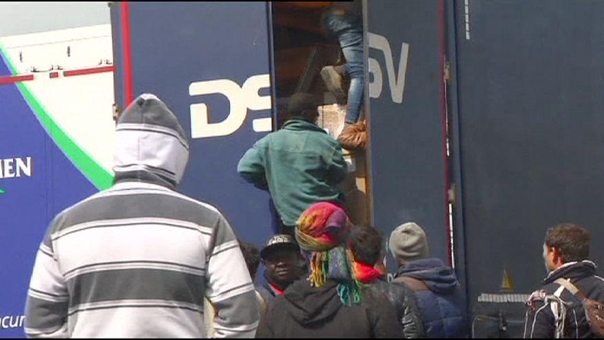 Varios inmigrantes asaltan camiones bloqueados en Calais para llegar al Reino Unido