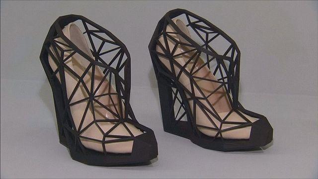 """"""" أحذية المتعة والألم"""" في متحف فيكتوريا وألبرت"""