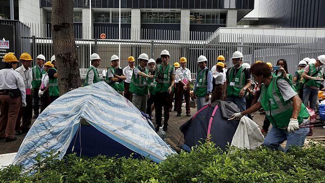 سلطات هونغ كونغ تزيل آخر مخيم للمتظاهرين قرب مقر الحكومة