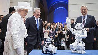 سفر برلین؛ ملکه الیزابت دوم با یک روبات دیدار می کند