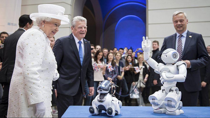 Berlin: Queen Elizabeth II meets a robot