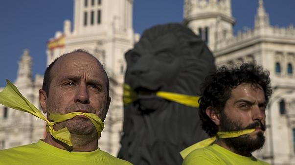 Spanyolország: életbe lép a tüntetéseket korlátozó törvény
