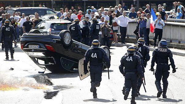Utcai harcokká fajult az Uber-ellenes taxistüntetés Párizsban