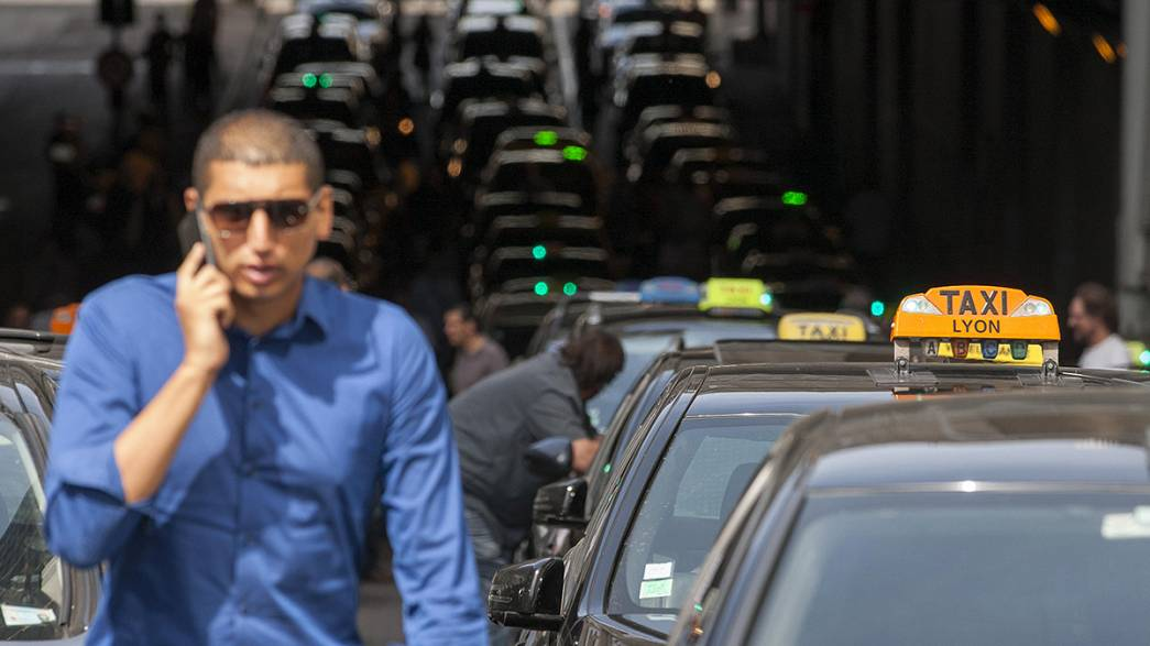 Los taxistas de Lyon se manifiestan contra UberPOP