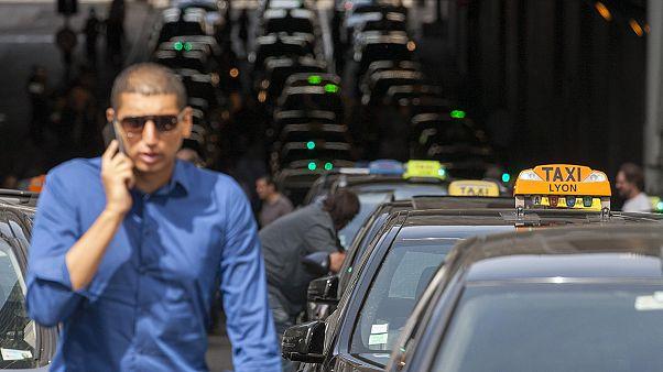 Στα άκρα η κόντρα οδηγών ταξί - Uber στη Λυών