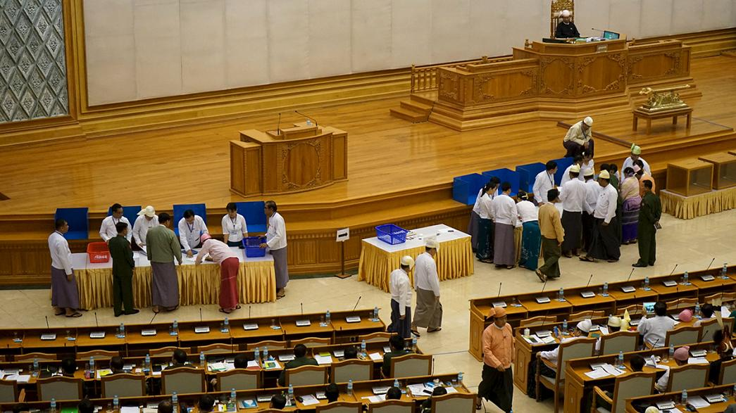 Myanmar: Parlamento rejeita revisão da Constituição da ditadura militar