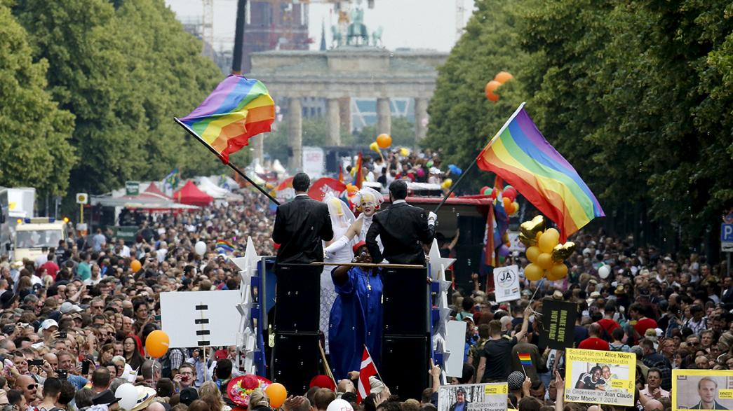 Marchas do orgulho LGBT celebram legalização do casamento entre pessoas do mesmo sexo nos EUA