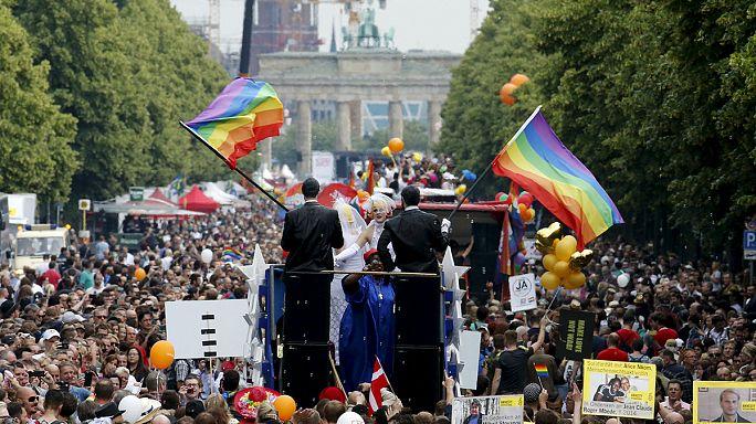 ABD'nin eşcinsel evlilik kararı dünyada kutlandı