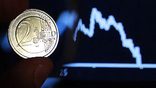 Caen las bolsas, retrocede el euro, la crisis griega arrastra a todos los mercados