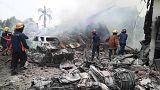Un avión militar indonesio con más 100 personas a bordo se estrella contra una zona residencial