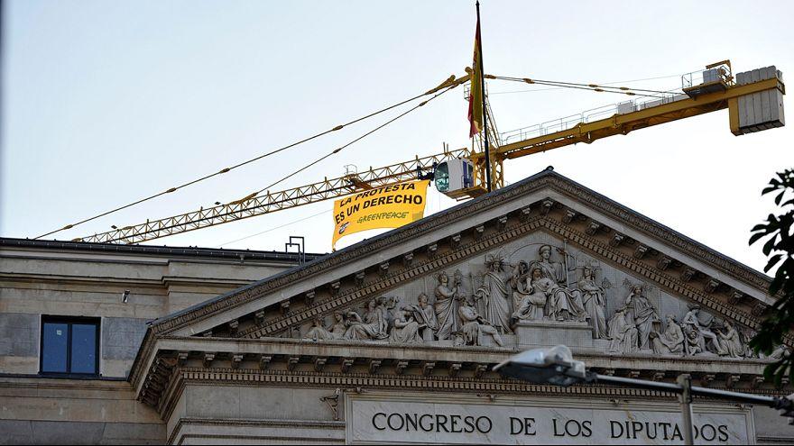 """España: Greenpeace se sube al Congreso de los Diputados contra la """"Ley Mordaza"""""""