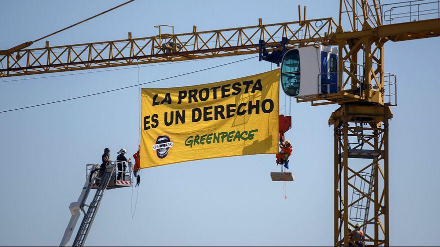 """تسلق ناشطون من منظمة غرينبيس مبنى بالقرب من مجلس الشيوخ الاسباني في مدريد ورفعوا لافتة كبيرة كتب عليها """" الاحتجاج هو حق من الحقوق"""" ودعت المنظمة ألى مظاهرة ضد ما أسمته قانون الكمامات"""