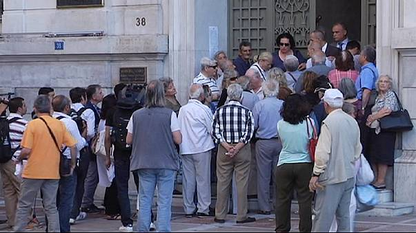 Greek pensioners queue for hours for cash payouts