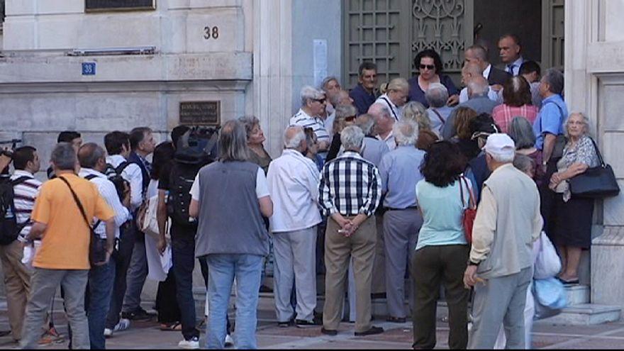 Grecia: interminables colas de pensionistas para retirar dinero