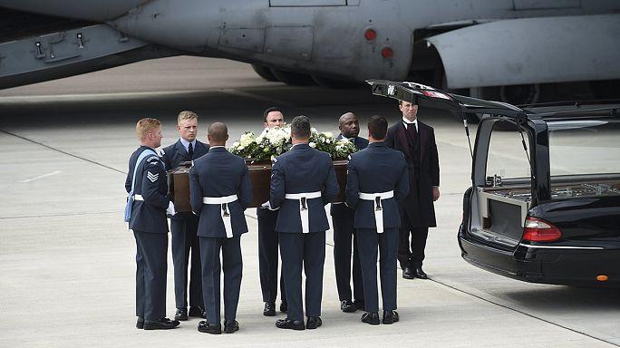 Тела восьми британцев, погибших в результате теракта в Тунисе, доставили на родину