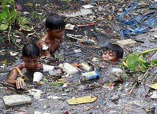 Child workers scavenge rubbish in Philippines