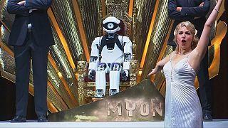 Um robô no centro do placo da Ópera Cómica de Berlim