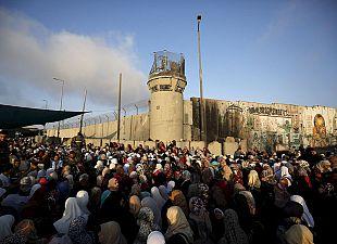 Досмотр палестинцев, направляющихся на пятничную молитву