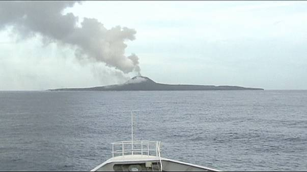 Japonya'nın güneyinde lav püskürten ada genişlemeye devam ediyor