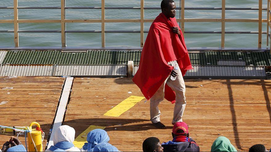 Itália: Migrantes concentram-se em Crotone