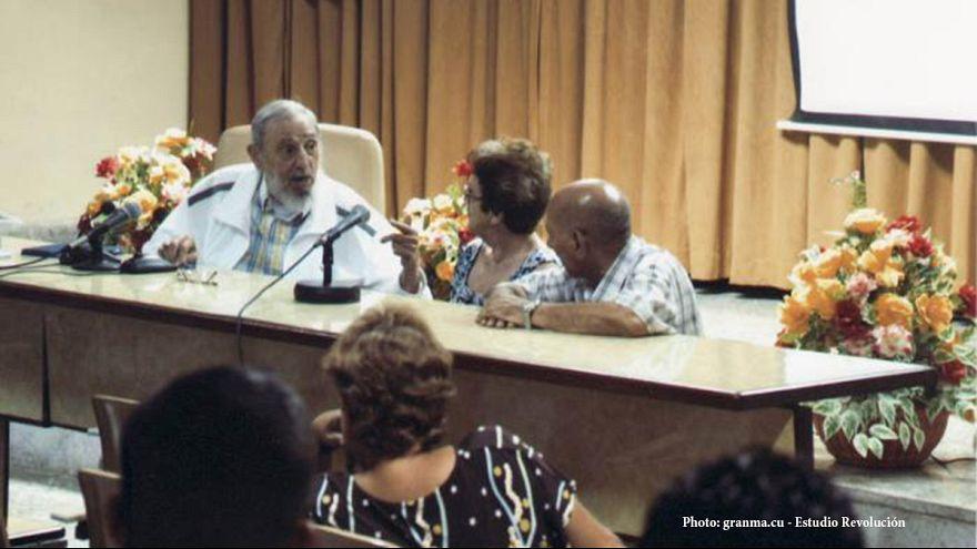 Fidel Castro reaparece en público en una reunión de maestros queseros