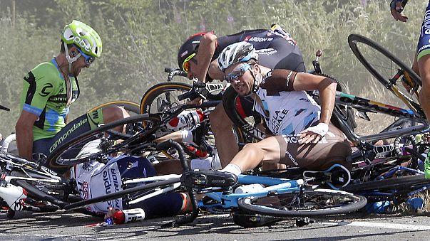 Tour de France: tömeges bukás után Froome-é a sárga trikó