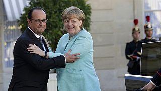هولاند وميركل يدعوان اليونان إلى تقديم مقترحات جدية وعاجلة لحل الأزمة