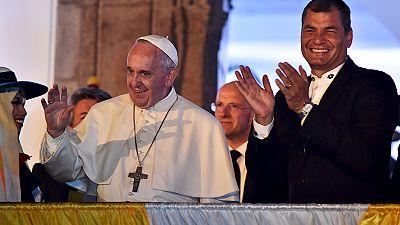 Papst in Südamerika: Wasser aus Feuerwehrschläuchen und Wein für die Armen