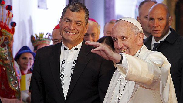 Hívők millióit vonzza Ecuadorba az ott tartózkodó Ferenc pápa