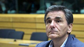 """Grécia: Ministro das Finanças """"mostra"""" notas a jornalistas"""