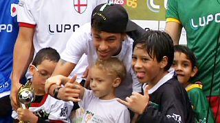 Neymar ilk kez engelli bir kişinin futbol oynamasına yardımcı oldu.