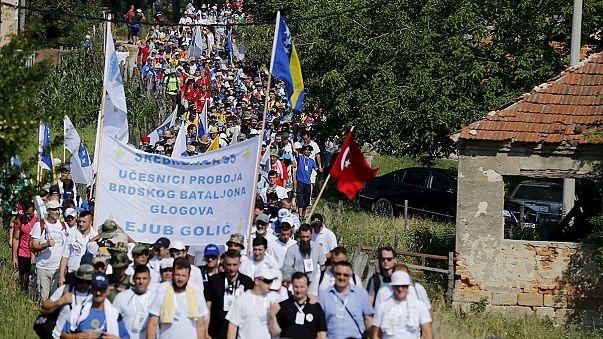 Multitudinaria marcha hacia Srebrenica por la matanza de 8.000 hombres en la guerra de Bosnia