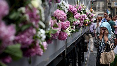 Un camión con víctimas de la Guerra de Bosnia parte hacia Srebrenica para la conmemoración de la matanza