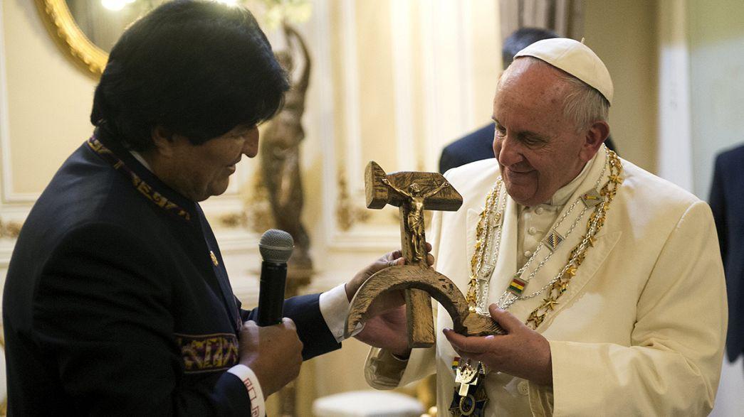 """Morales oferece """"crucifixo comunista"""" ao Papa"""