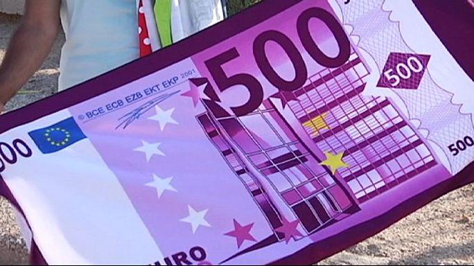 A görögök a strandon várják az egyezkedés végét