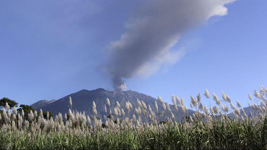 Endonezya'da patlayan volkan 5 havalimanı kapattı