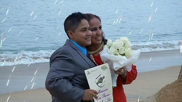 زوج مثلي في انتظار زواج جماعي في الشاطئ
