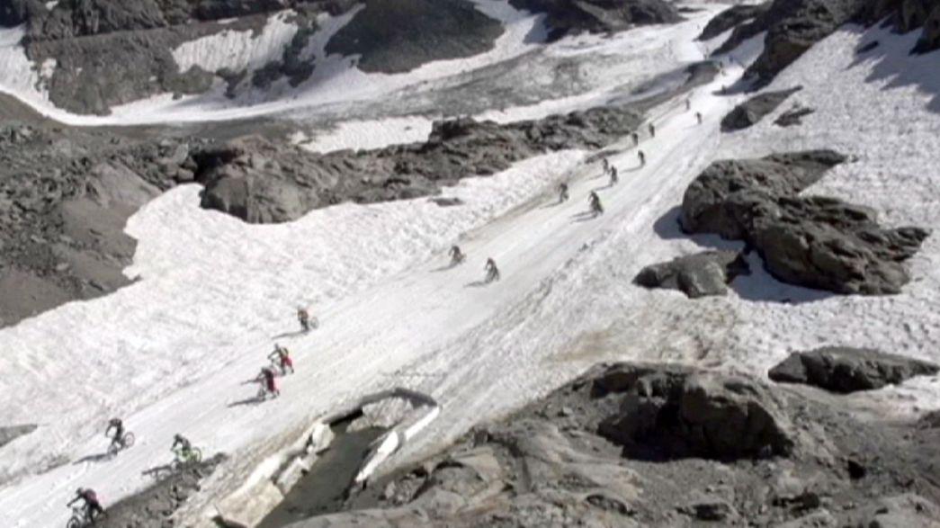 """""""Megaavalanche"""" de ciclistas a descer os Alpes"""