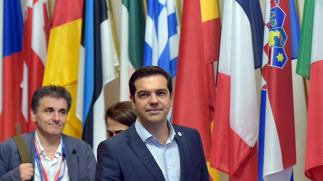 """Bruxelas diz não a """"Grexit"""" ao abrir discussões para terceiro resgate"""