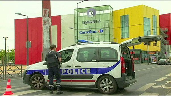 سارقان به مرکزی تجاری در حومه پاریس حمله کردند