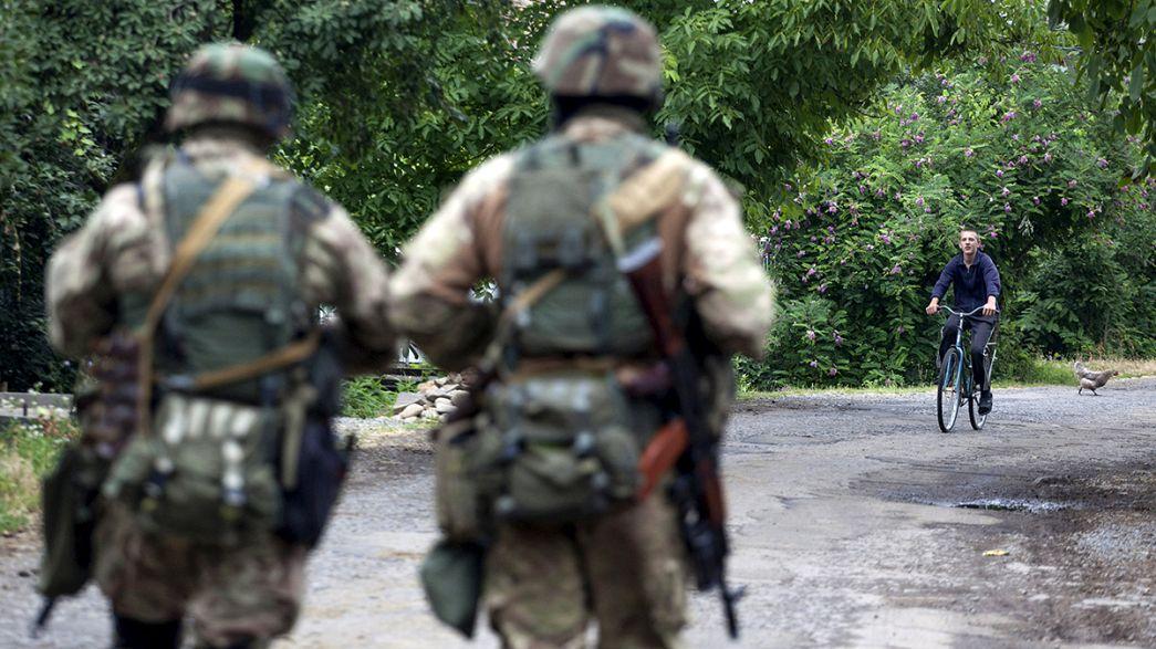 Poroshenko pide el desarme de los grupos armados ilegales en Ucrania