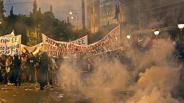 Yunanistan'daki oylama öncesi Atina sokakları savaş alanına döndü