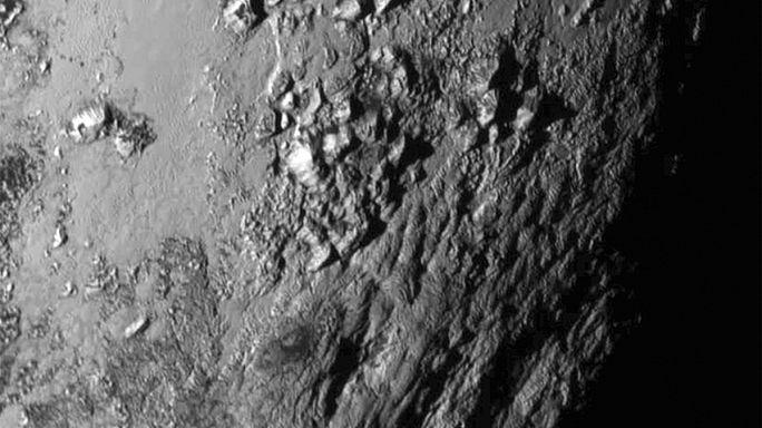 Hegyek és kanyonok borítják a Plútó felszínét